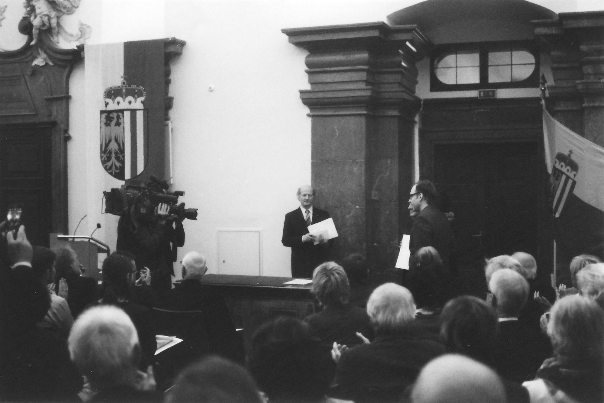 Links im Bild die rechte Hand des Vöcklabrucker Bürgermeisters.